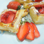 Kolay Çilekli Milföy Pasta Yapılışı 11