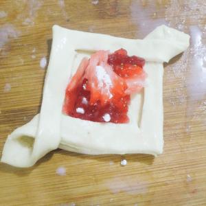 Kolay Çilekli Milföy Pasta Yapılışı 6