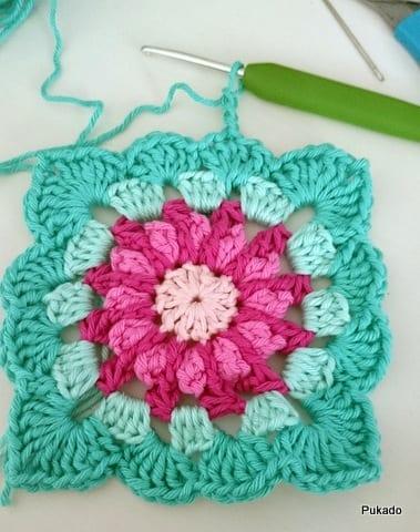 Kare Motifli Çiçekli Bebek Battaniyesi Modeli Yapılışı 2