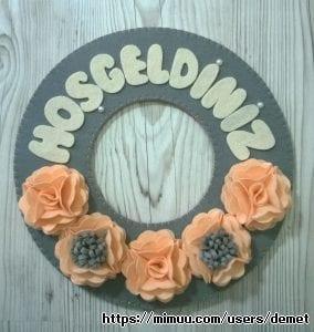 Keçeden Çiçeklerle Süslenmiş El Yapımı Kapı Süsü