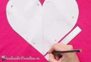 Eski Tişörtten Kalp Yastık Yapımı 3